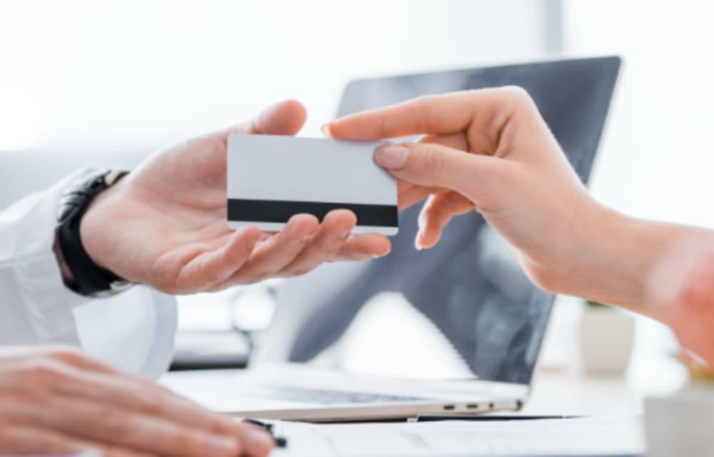 クレジットカードを差し出している手